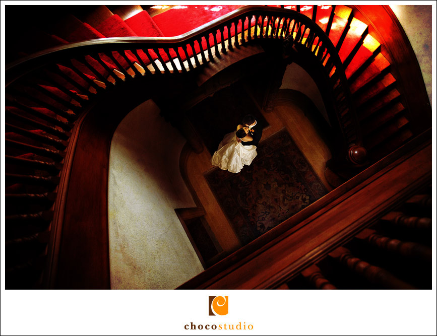 Bride and groom photo on the staircase in Villa Montalvo